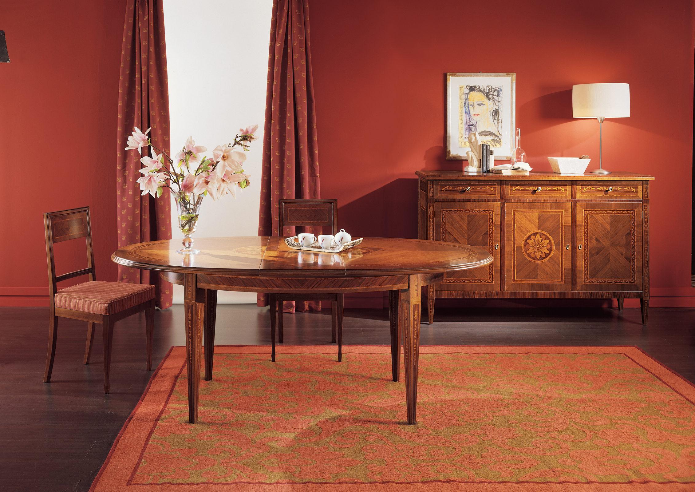 Sala da pranzo con tavolo e credenza intarsiati
